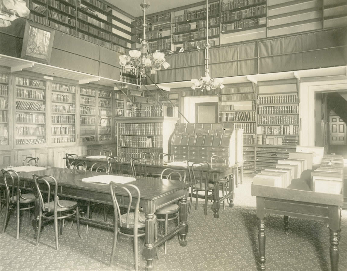 Cramped interior of the State Library in the apse of the State Capitol, 1904